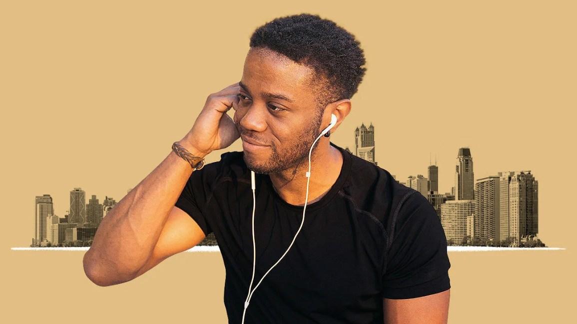 homem ouvindo podcasts através de fones de ouvido