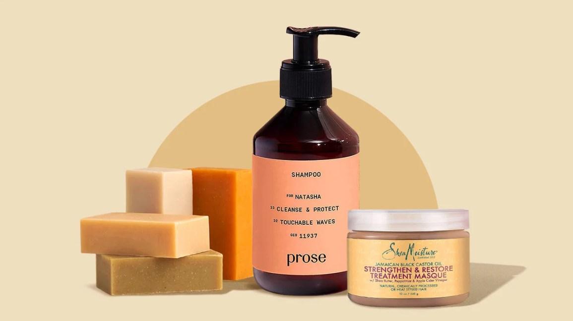 Barras de shampoo sólidas, um frasco de xampu líquido e um pote de condicionador de cabelo