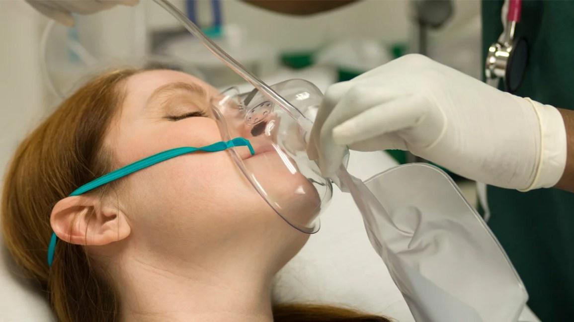 재호흡기 마스크, 비 재호흡기 마스크를 착용 한 여성의 근접 촬영