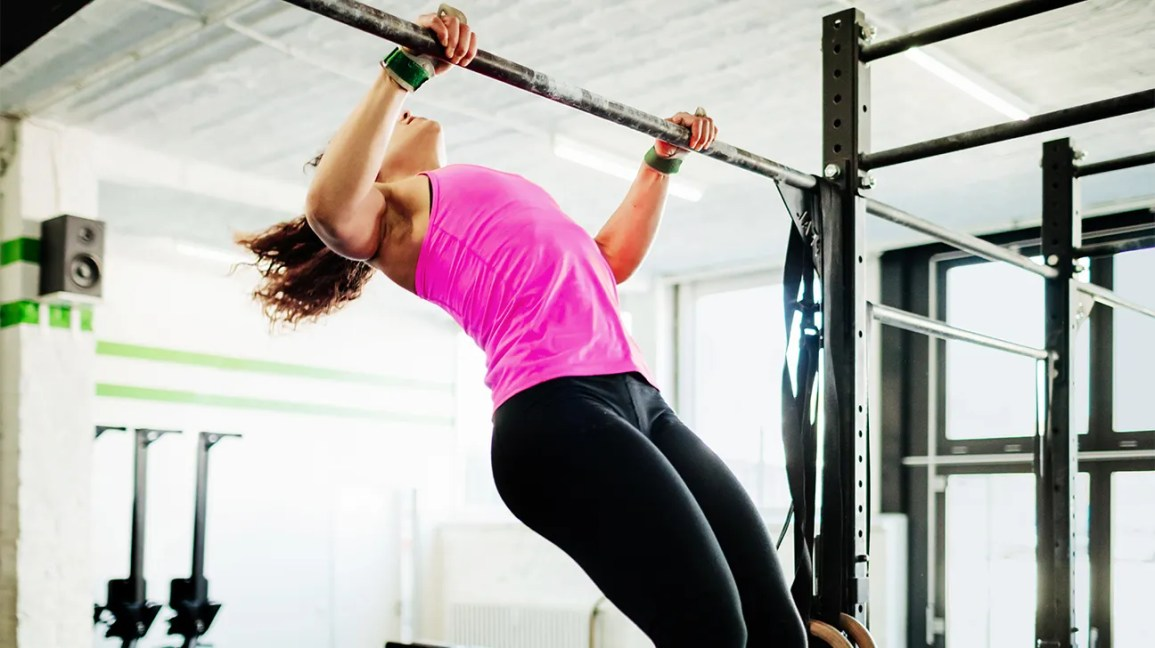 woman doing kipping pullups