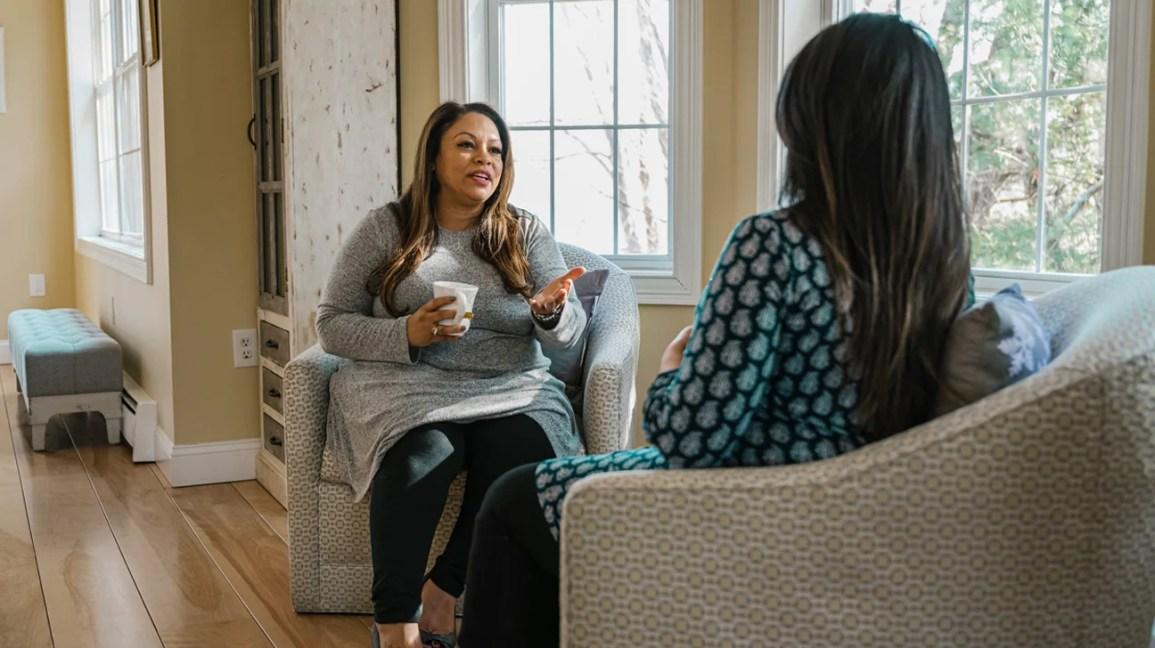 doula e mãe pós-parto conversando