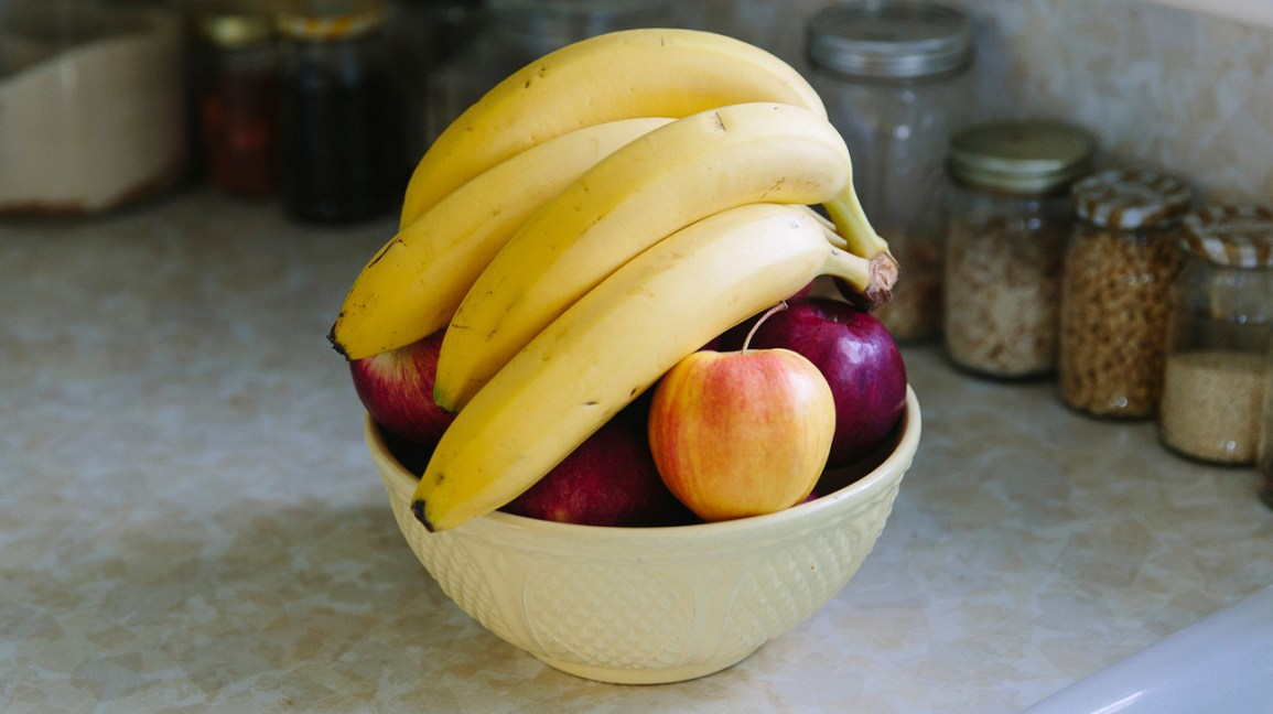 A bowl of fruit with bananas