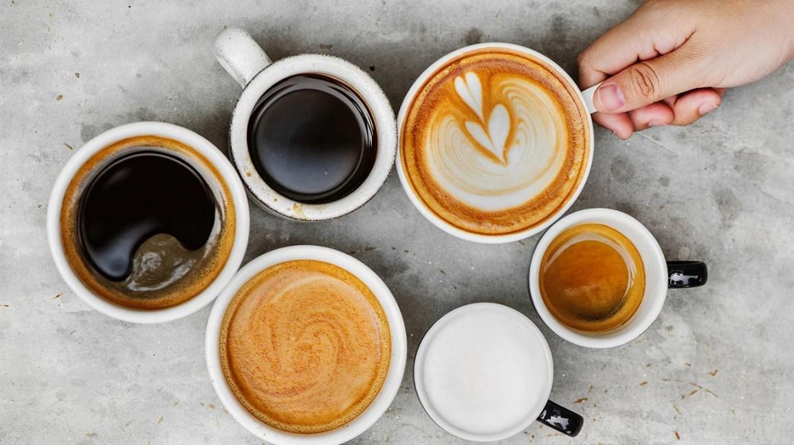 Copos com diferentes tipos de café e bebidas de café
