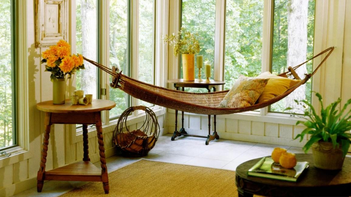 dormindo em uma rede, rede dentro de uma casa