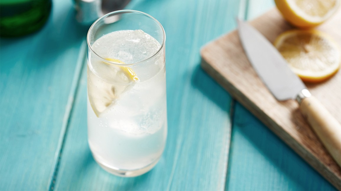 sparkling water in a glass with lemon