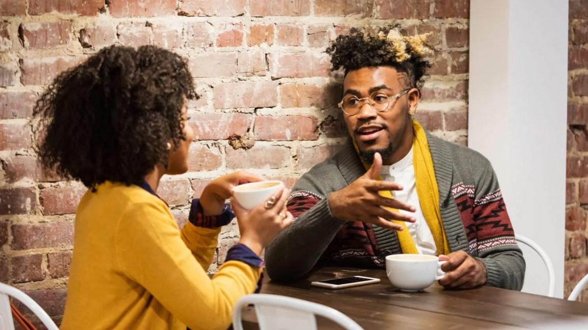 coppia che chiacchiera davanti a un caffè in un bar