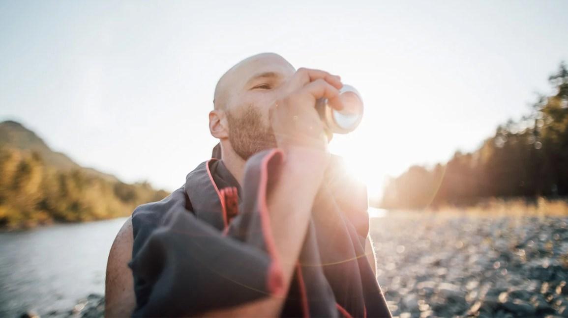homem bebendo cerveja na praia