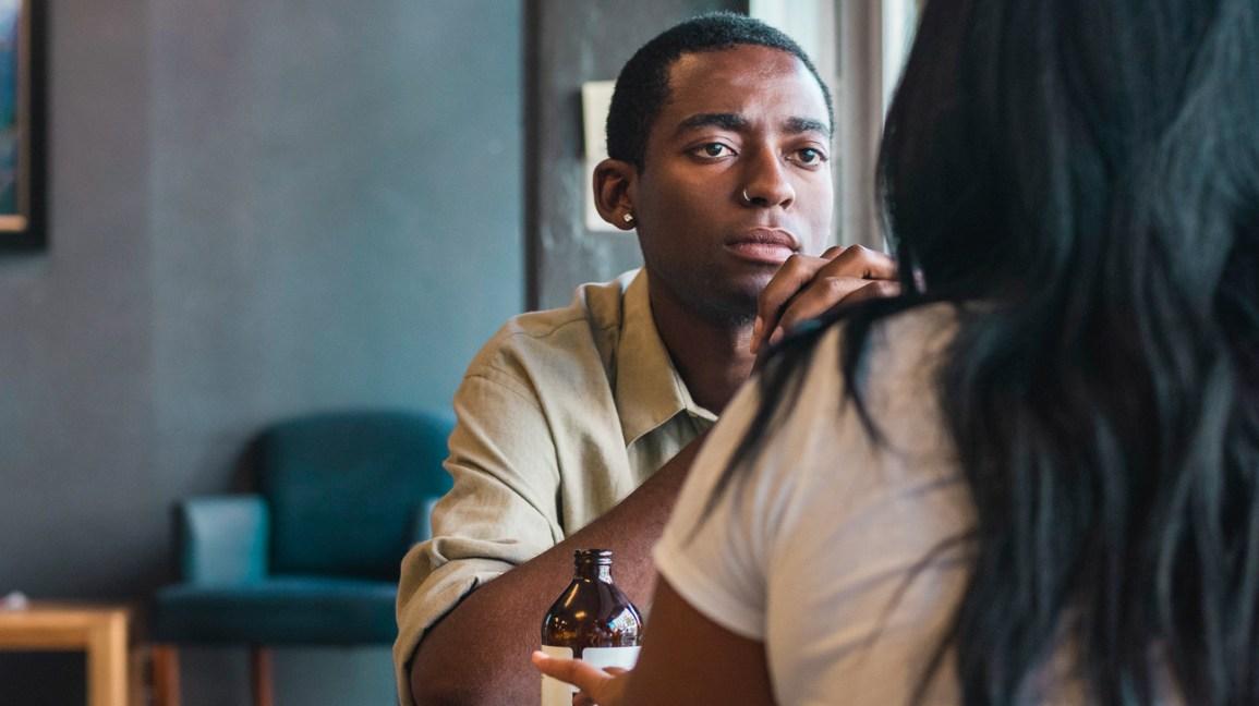 homem enganando uma mulher em um café
