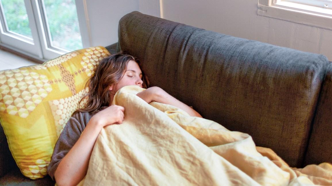 mulher dormindo no sofá, dormindo no sofá