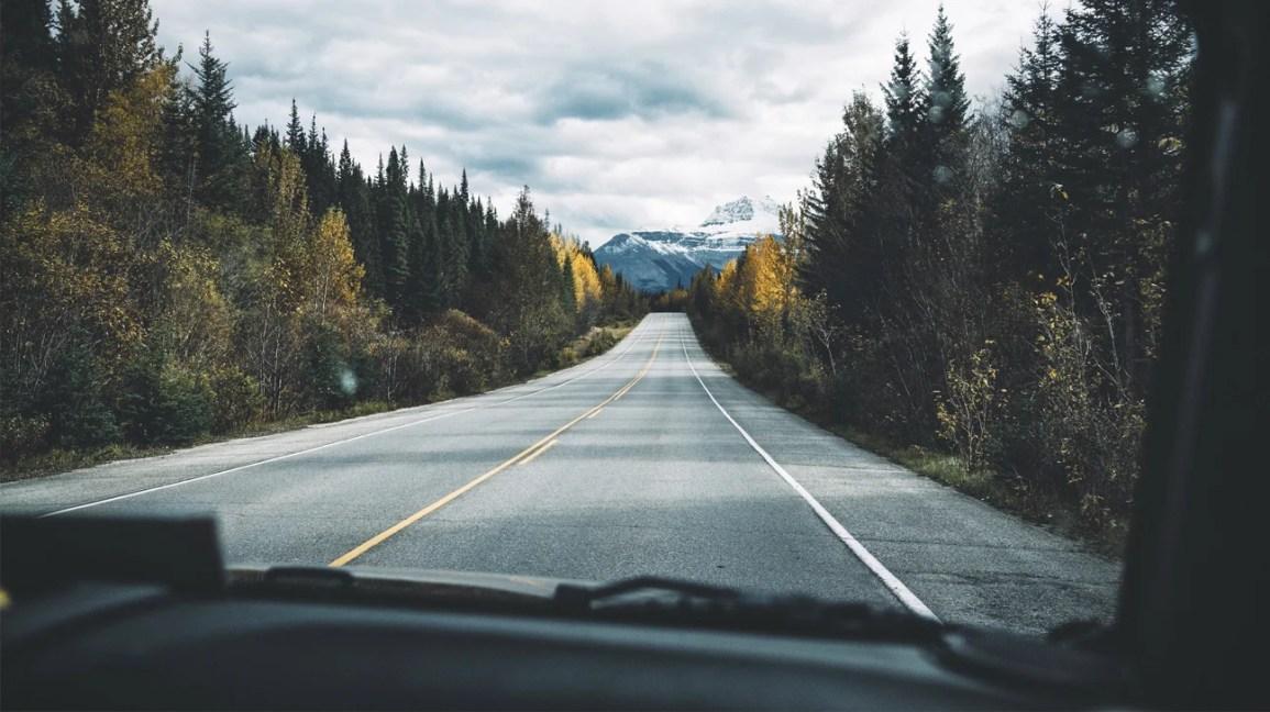 vista de uma estrada longa e vazia que pode causar hipnose na estrada