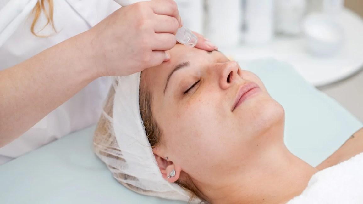 dermalinfusion, mulher recebendo procedimento de dermalinfusion