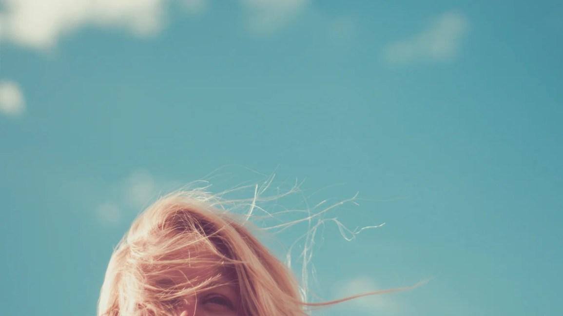 topo da cabeça da mulher com fundo do céu