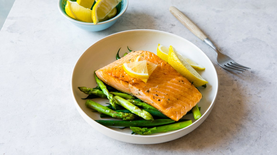 Salmon with asparagus and lemon dish