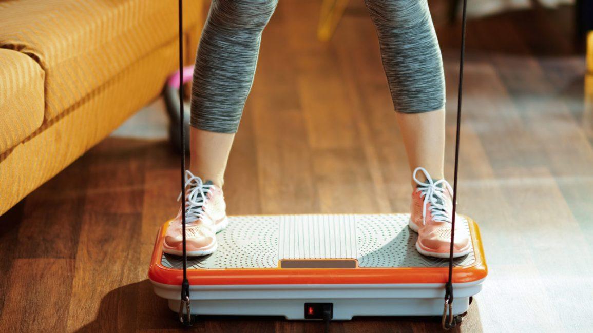 perdita di peso della macchina a vibrazione, donna su una macchina per la perdita di peso a vibrazione