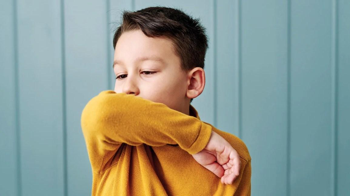 criança com tosse usando Vicks VapoRub