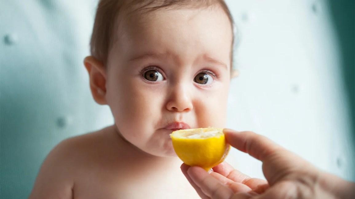 Al bambino viene offerto il limone