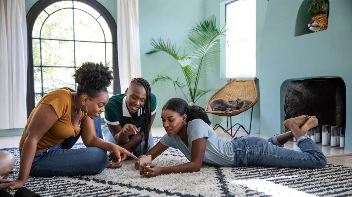 amigos conversando na sala de estar