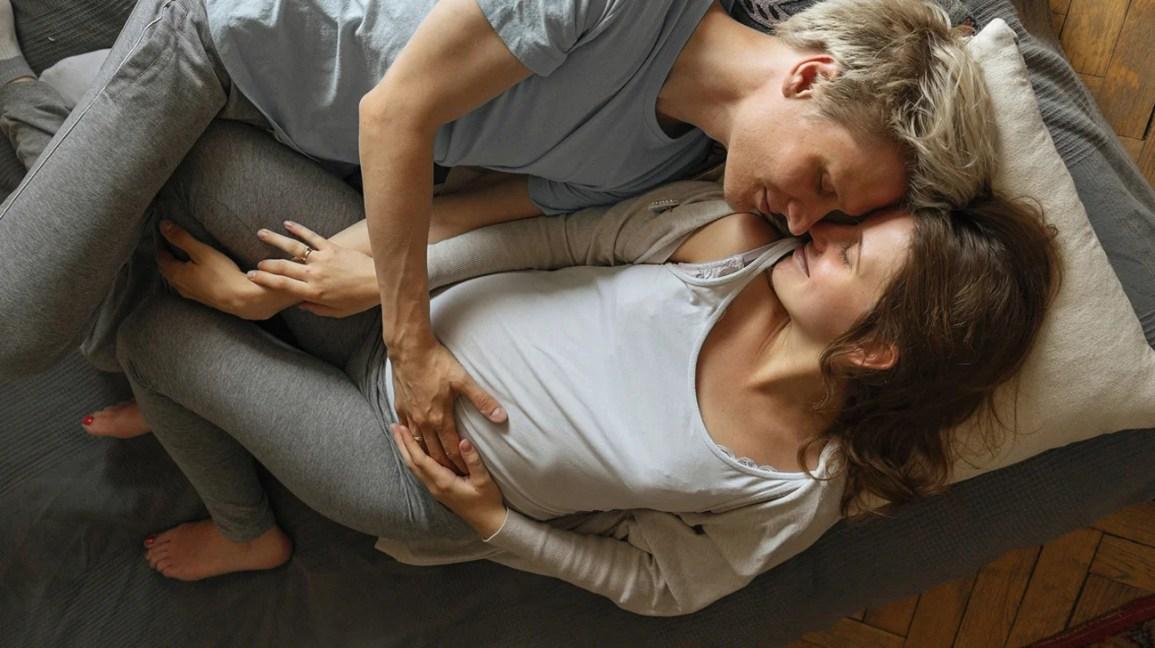 casal grávida se abraçando