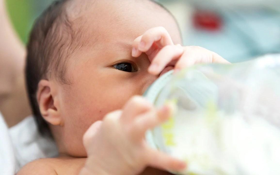 Recém-nascido com mamadeira
