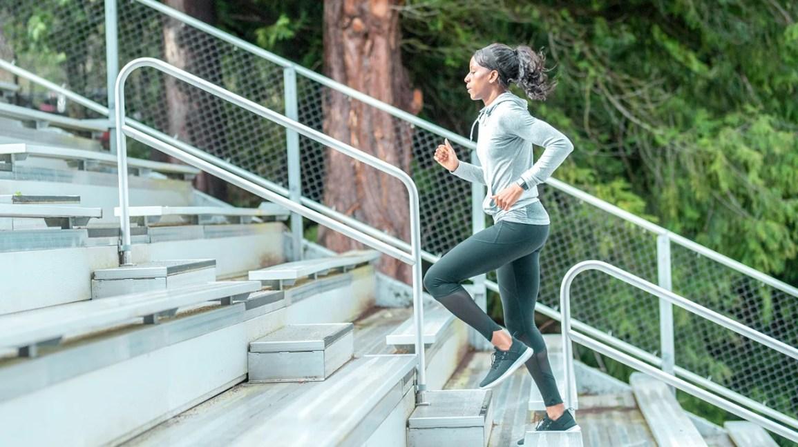 donna che fa le scale