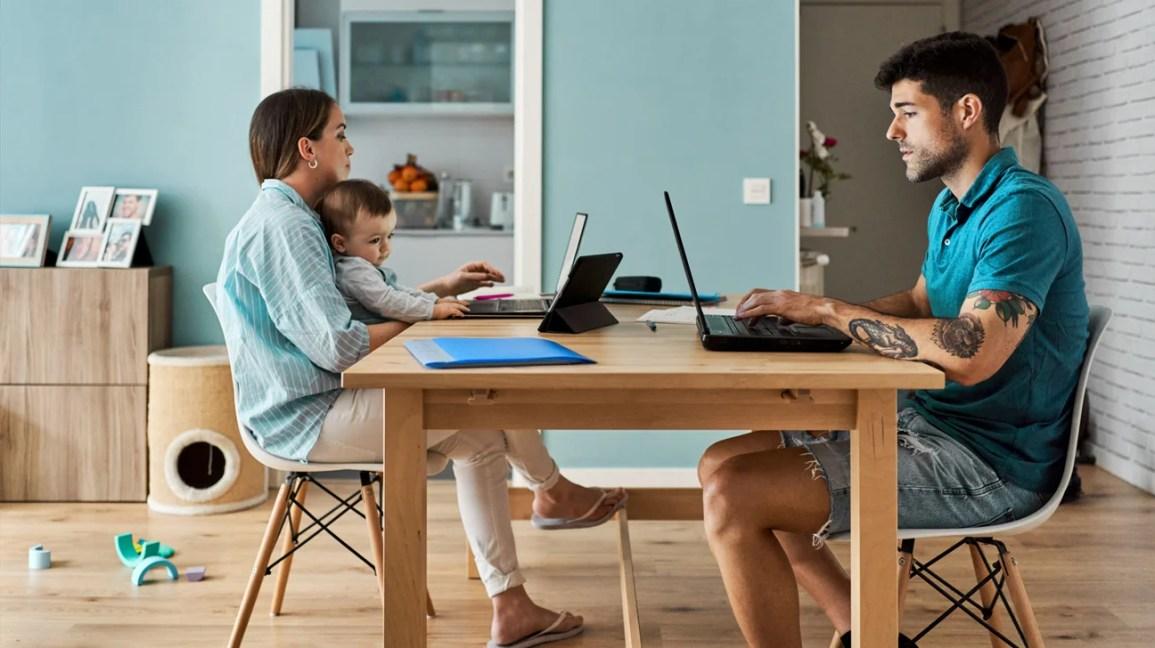 família pesquisando no laptop em casa