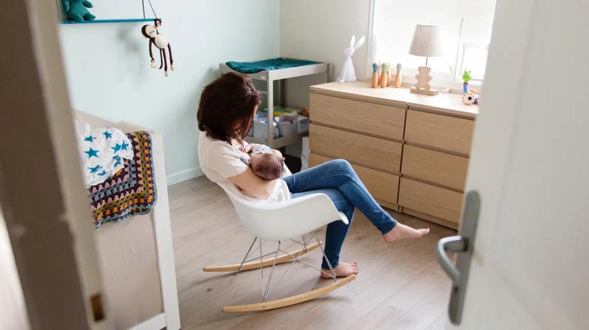 mulher balançando bebê para dormir