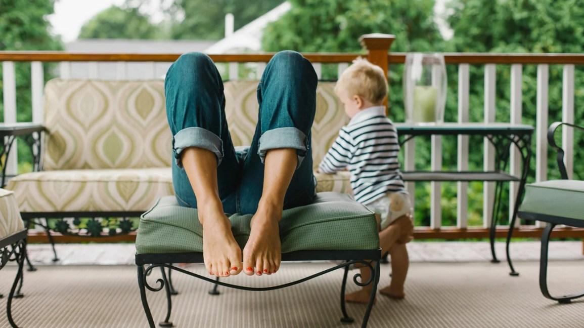 criança fica ao lado do pai cansado