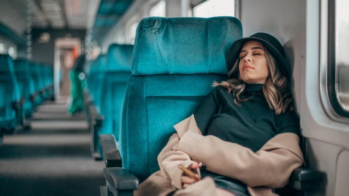 Mulher dormindo devido a narcolepsia