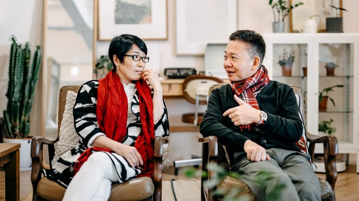homem e mulher sentados no consultório de terapia conversando