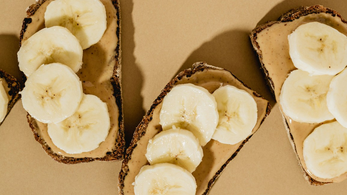 Banana e manteiga de amendoim na torrada