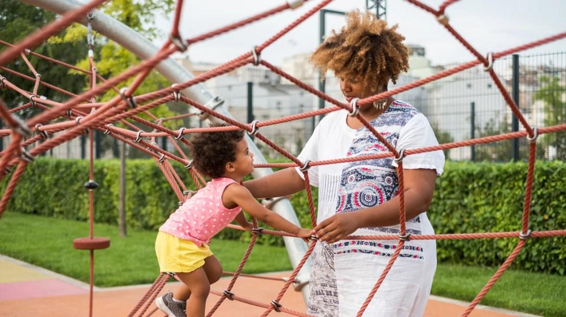bermain ibu dan anak di taman bermain