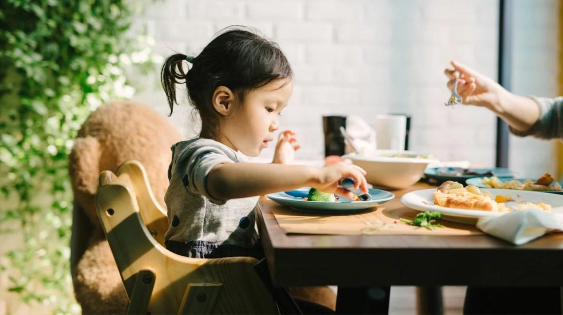 Bebek sandalyede yemek yeme