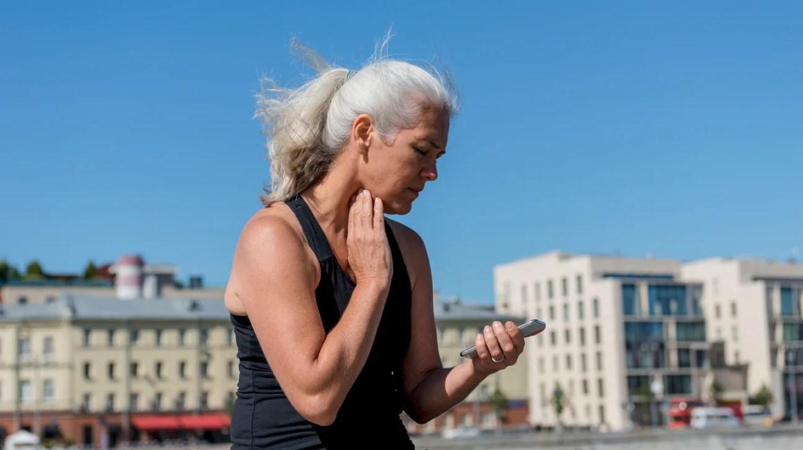 Donna che controlla la frequenza cardiaca