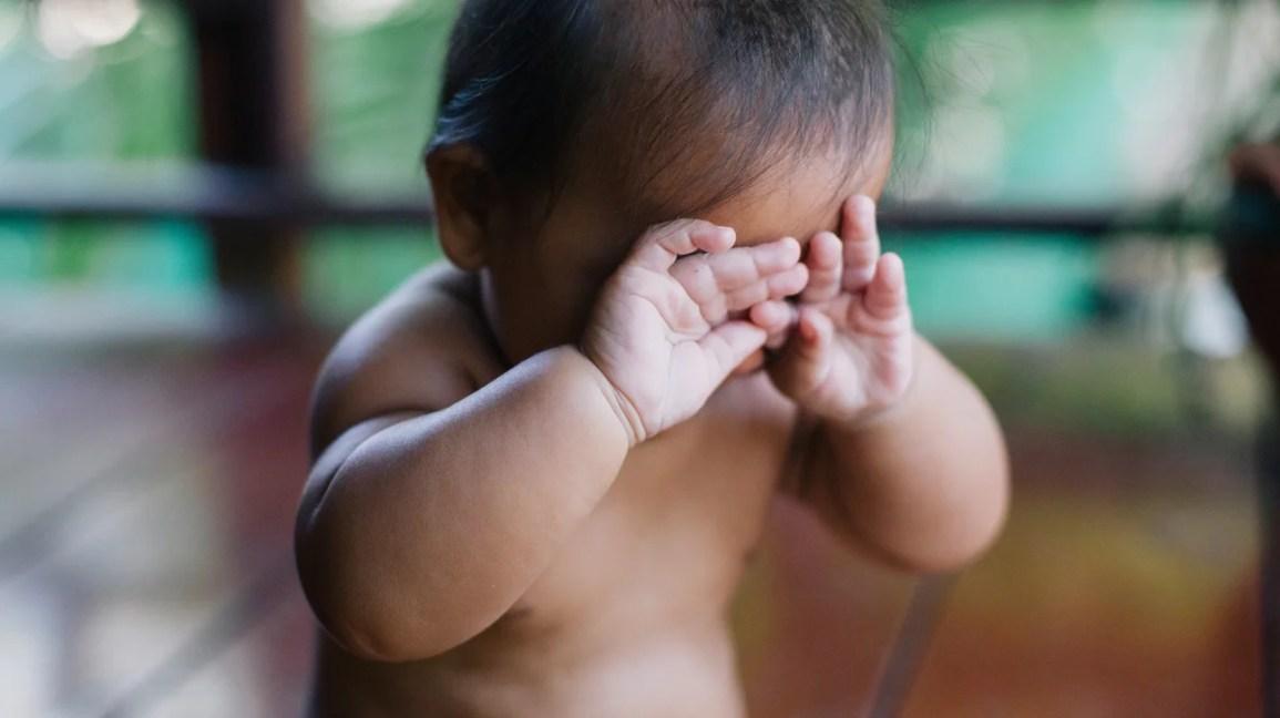 Bebek gözleri ovuşturuyor