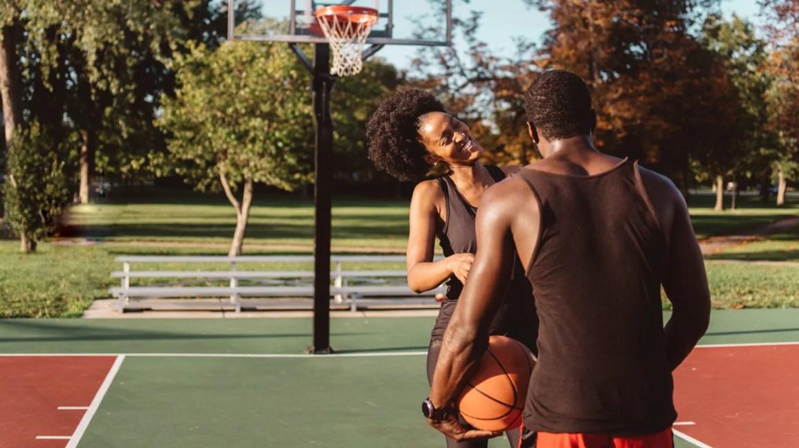 casal flertando de brincadeira no parque
