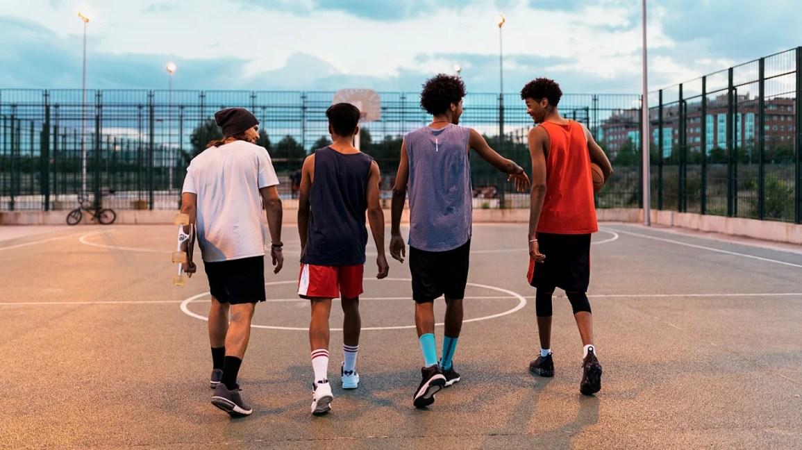 grupo de adolescentes na quadra de basquete