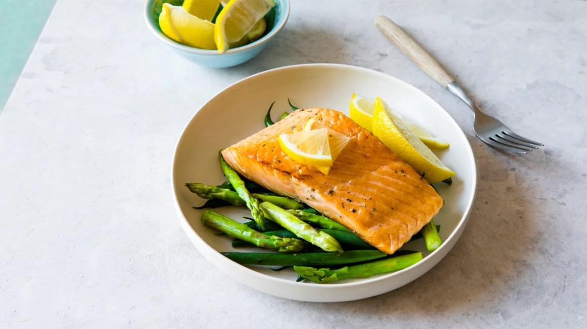 Prato saudável de salmão e espargos