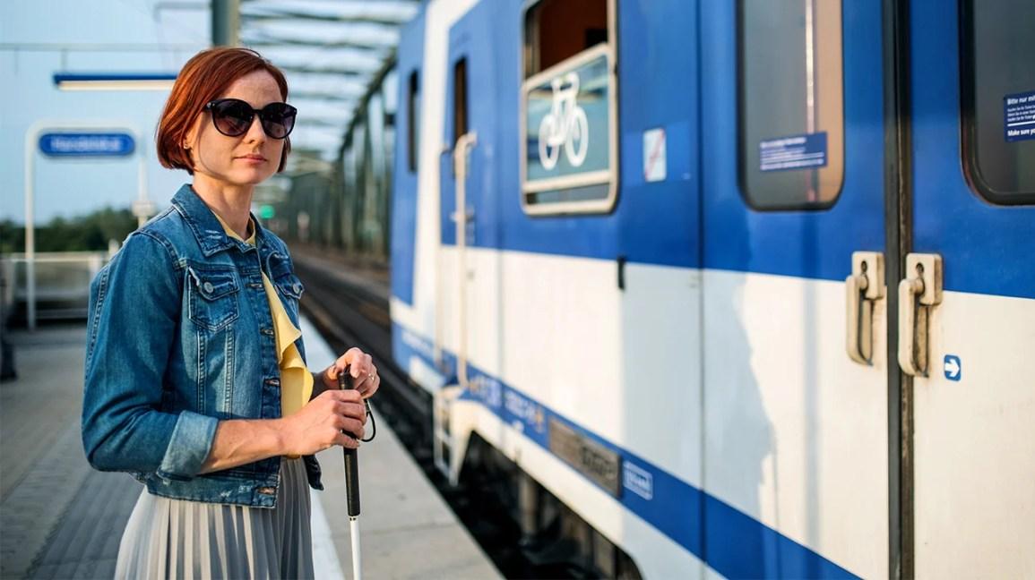 Neden kör insanlar trenin yanında bastonlu ve güneş gözlüklü genç kadın güneş gözlüğü takarlar?