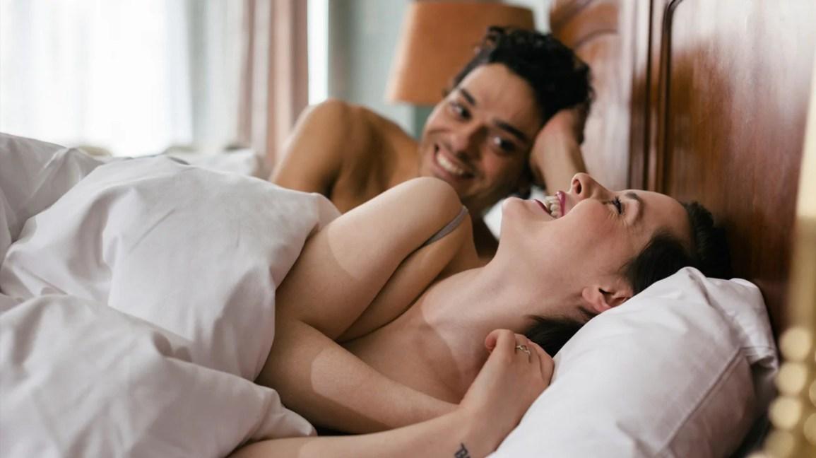 coppia coccole a letto