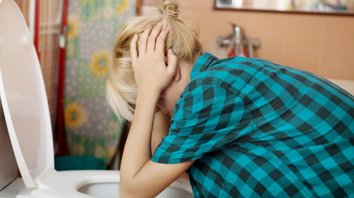 Kadın banyo tuvalet üzerinde mide bulandırıcı