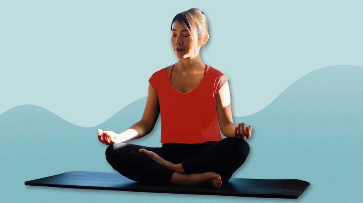 Mulher meditando na esteira de ioga