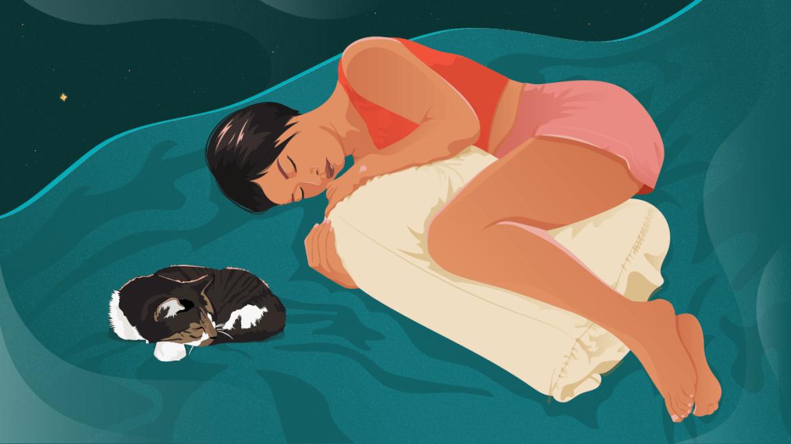 bacaklarının arasında yastıkla uyuyan kadın