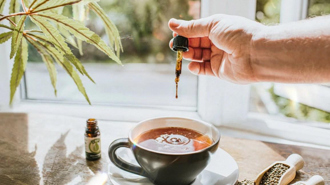 CBD yağı bir fincan çayın içine düşüyor