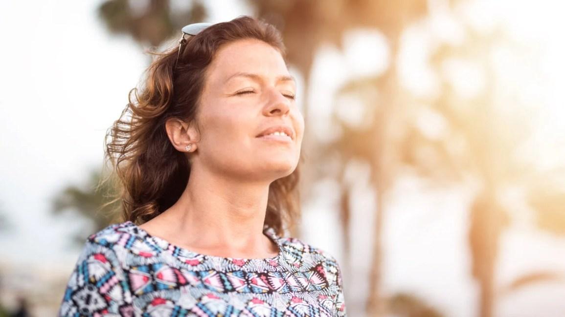 donna chiedendosi di ritardare la menopausa
