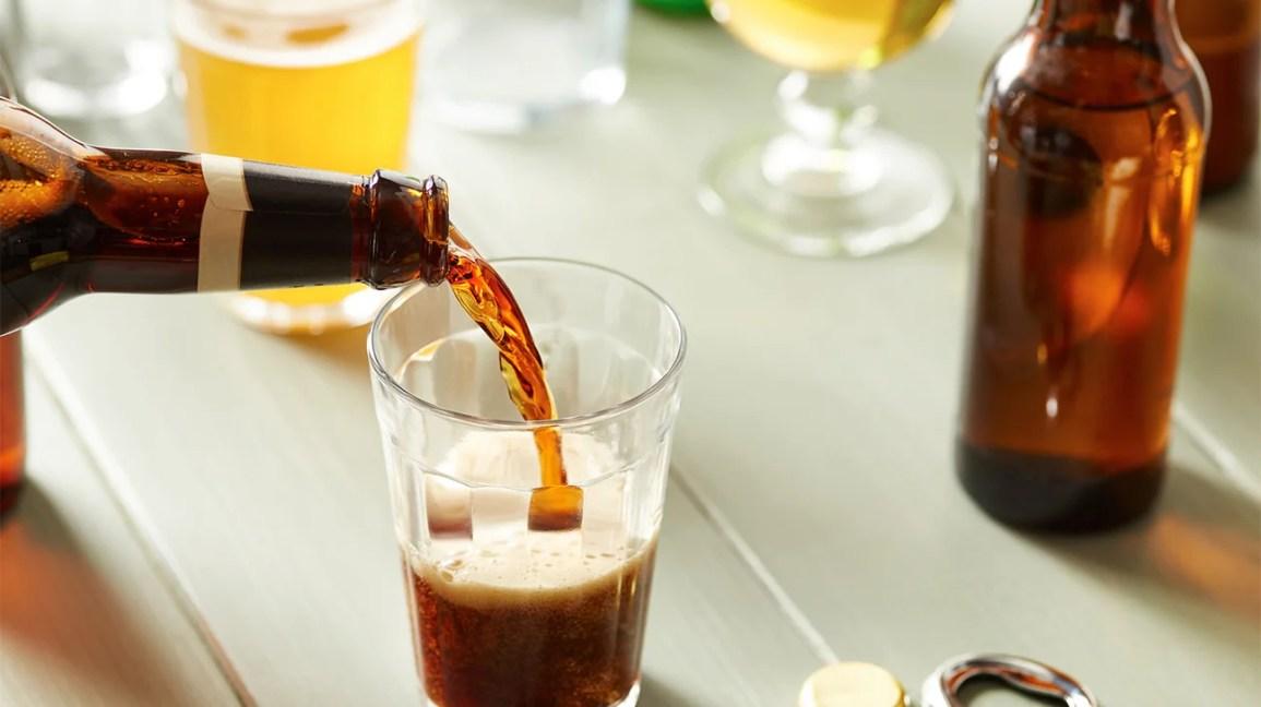 Cerveja sendo servida em um copo na mesa