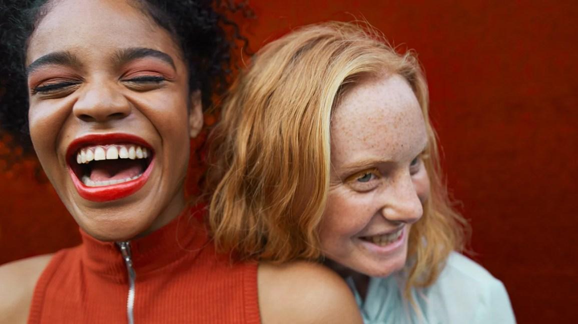 Esta imagem tem um texto alternativo em branco, o nome da imagem é black-and-white-friends-laughing-together-1296x728-header.jpg