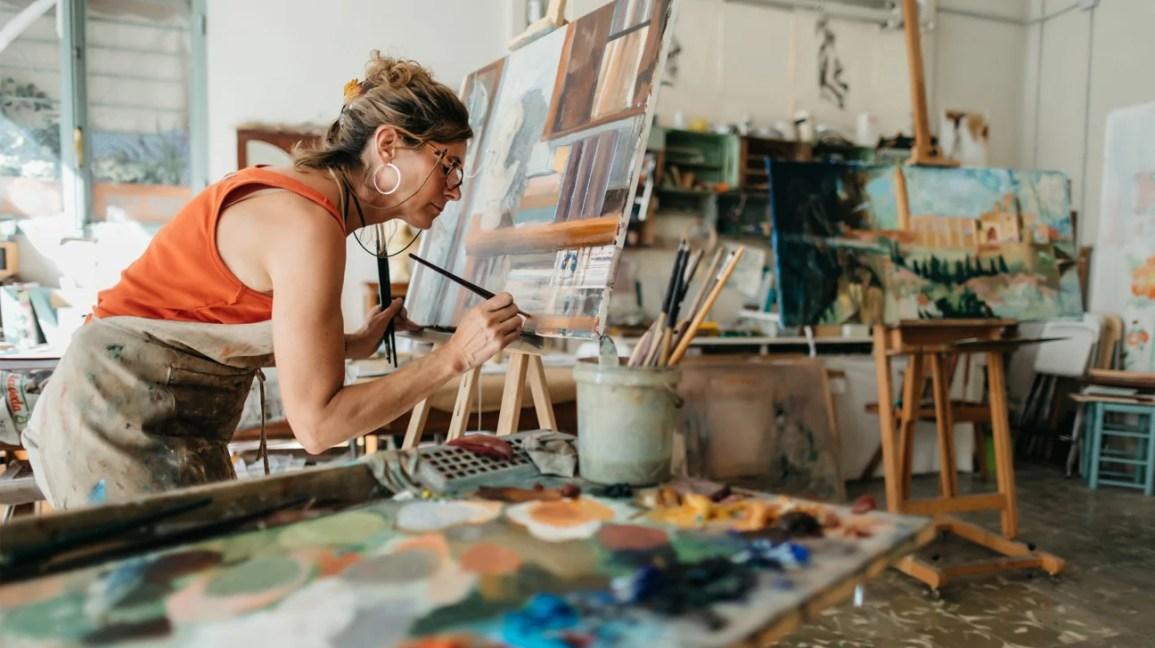 sanat stüdyosunda resim yapan kadın