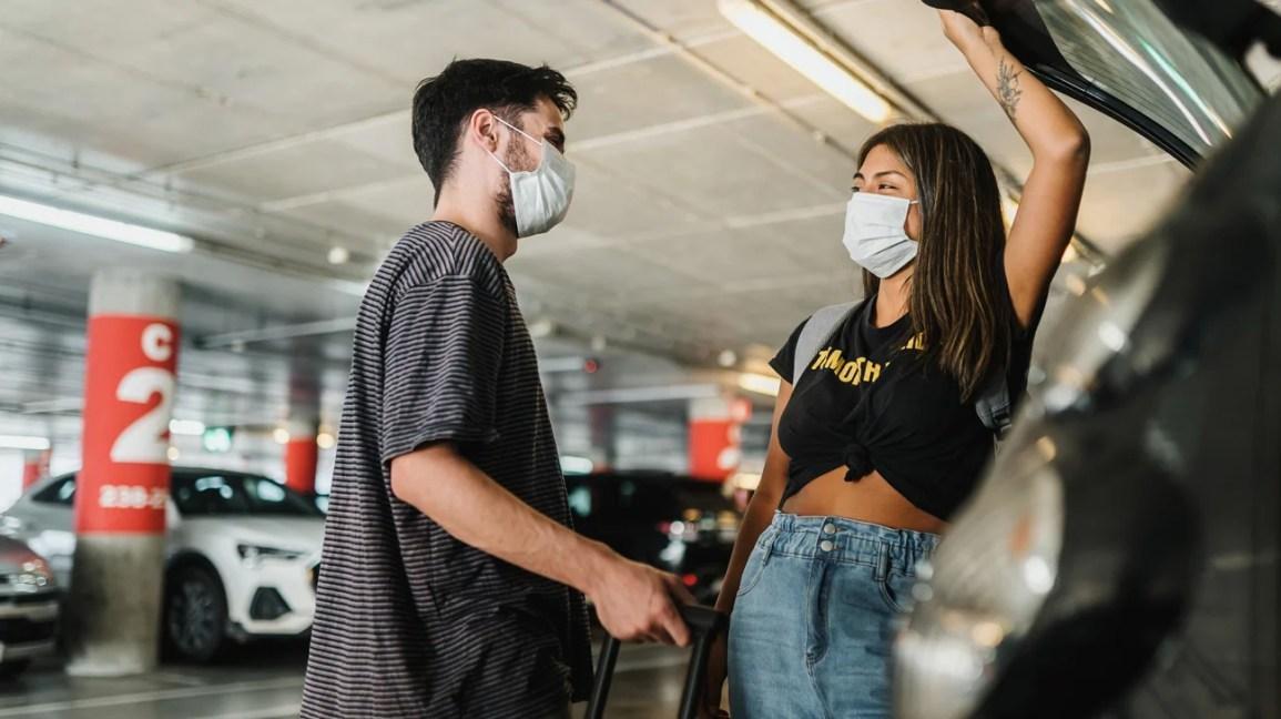 coppia di lunga data si è riunita all'aeroporto