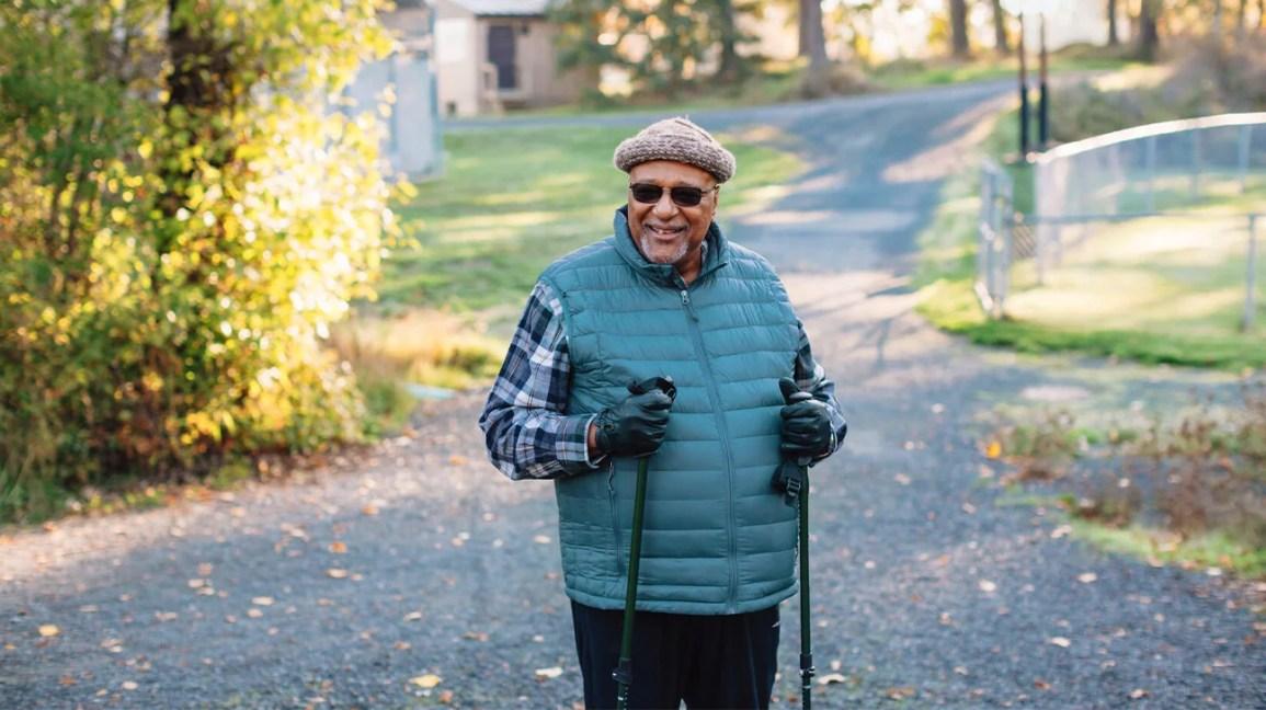 homem com insuficiência cardíaca caminhando