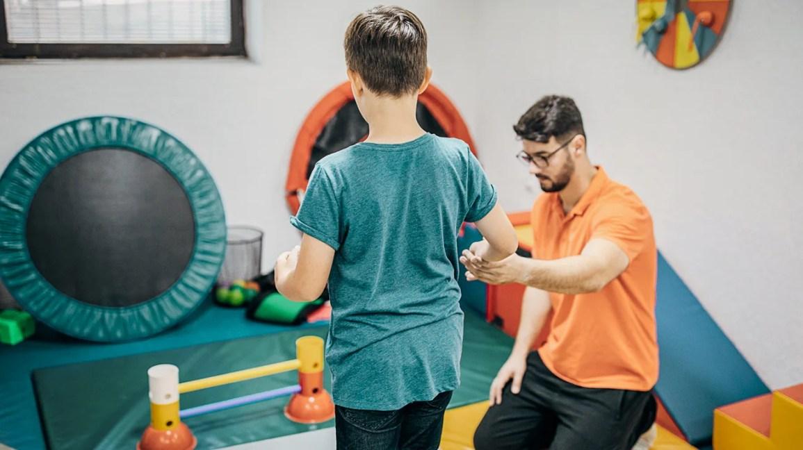 giovane con ADHD ricevendo terapia occupazionale
